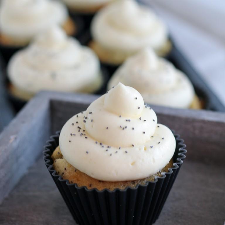 Zitronen-Mohn Cupcakes mit Frischkaese Frosting_Bild 08